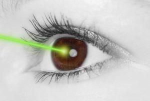 imagen de ojo y rayo verde